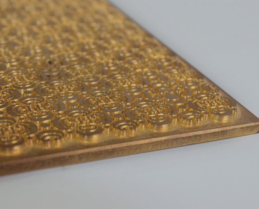 Mit einer Goldprägung veredeln wir auch filigranen Druck.